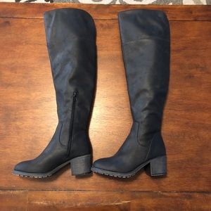 So knee high black boots, size 6